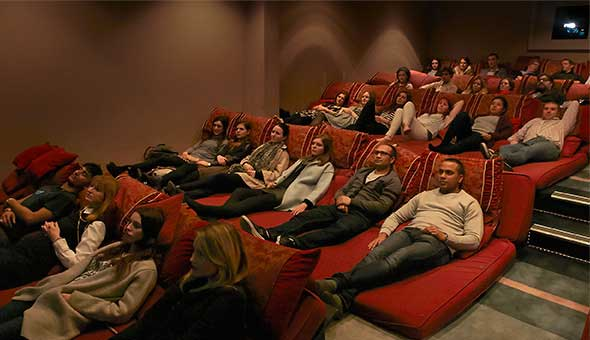 Cinema dentro del restaurante Govindas